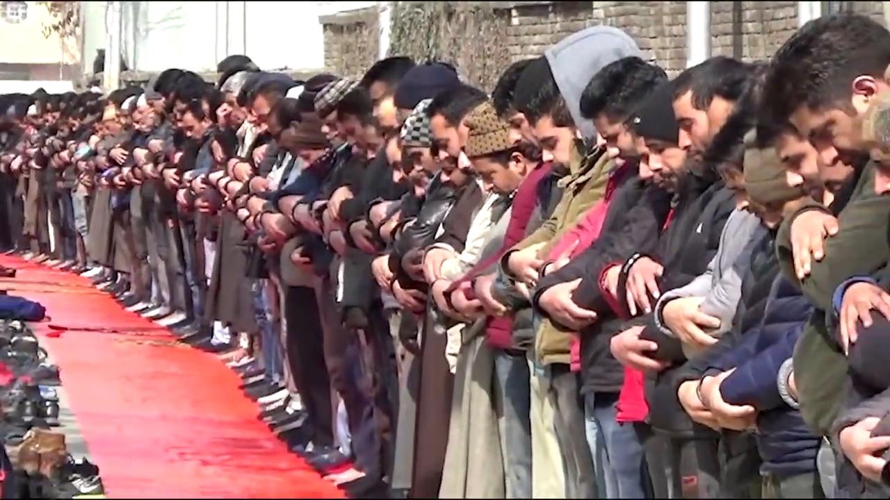 多数のカシミール人イスラム教徒が金曜日の祈りをスリナガルのラルチョウク近くのジェラムバンドで提供しました