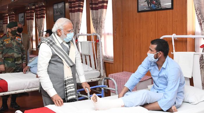레 병원에서 부상당한 병사들을 만나는 PM 모디가 '무대'라고 주장하는 것은 가짜 뉴스